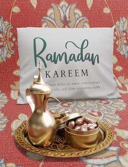 ティーポットと乾燥したナツメヤシのイスラム正月飾り