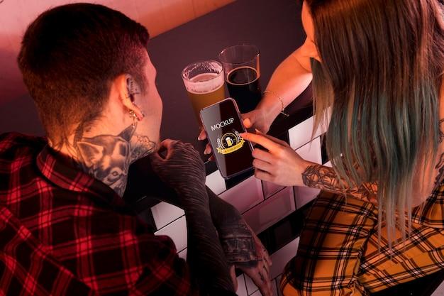 Высокий угол людей с пивом и телефоном макет