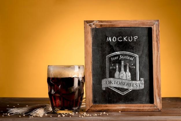 モックアップフレームとビールの黒いマグカップ