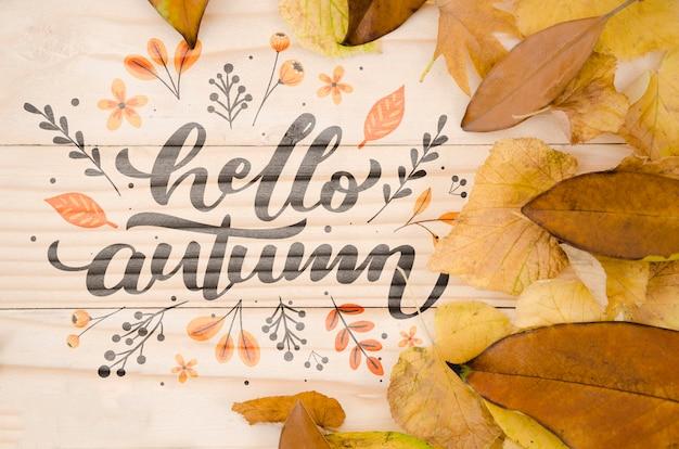 こんにちは、木製の背景に秋のレタリング