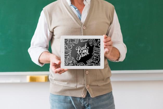 Мужчина держит школьный макет