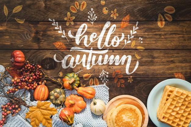 こんにちは、パンケーキと木製の背景の秋の引用
