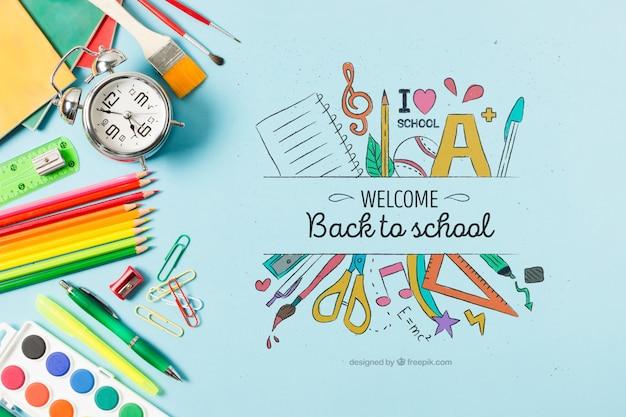 Плоская планировка со школьными принадлежностями на синем фоне
