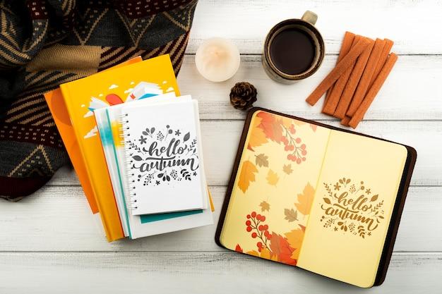 ノートブックとコーヒーカップのトップビューの配置