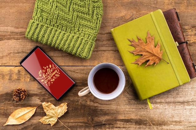 Осенний вид сверху со шляпой и кофейной чашкой