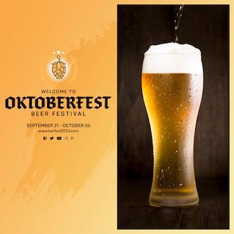 Вкусное пиво октоберфест, льющееся в бокал