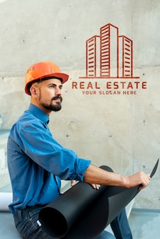 Боком агент человек держит планы на новое здание
