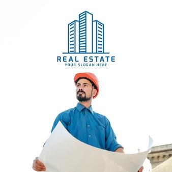 Логотип недвижимости с работником застройщика и планами
