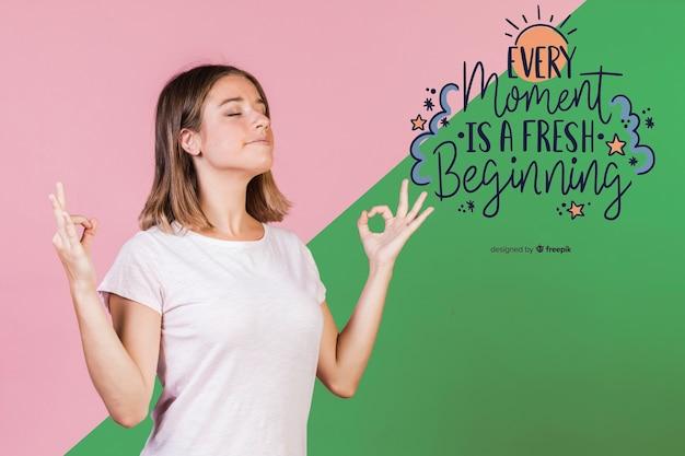 Молодая женщина медитирует рядом с положительной цитатой