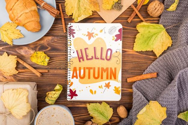 ノートブックと秋の季節のモックアップ