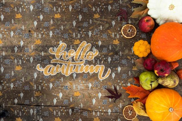 木製テーブルの上の秋の収穫のフラットレイアウト