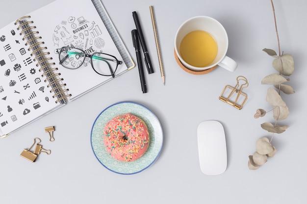 Вид сверху пончик с чашкой кофе