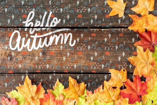 葉のフレームとカラフルなこんにちは秋のテキスト