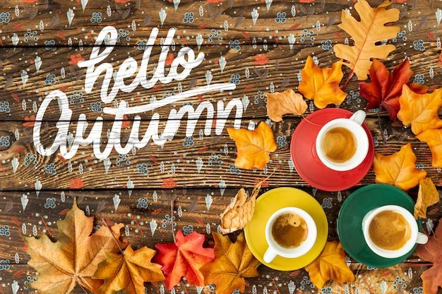 こんにちは、コーヒーのカップと秋のコンセプト