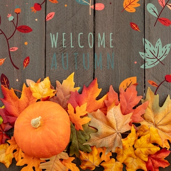 完全に成長したカボチャと葉で秋を歓迎