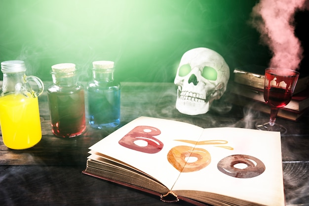 煙とハロウィーンの装飾が施された毒の赤い飲み物