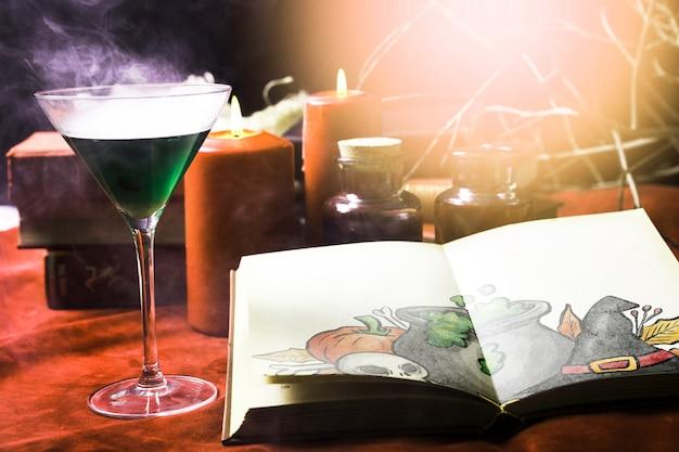 毒のある緑色の飲み物とハロウィーンの装飾を明るくする