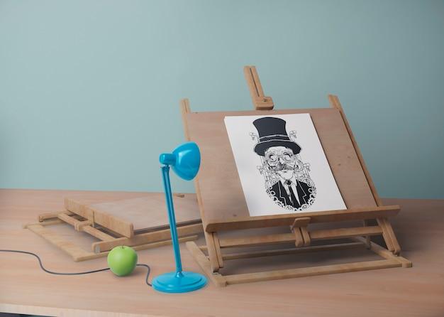 Письменный стол с подставкой и рисунком