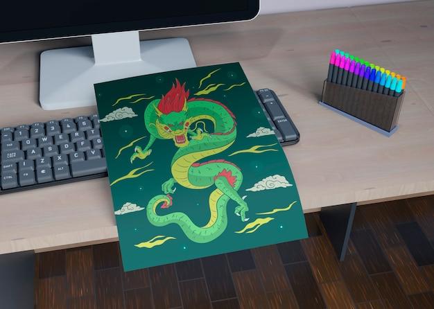 Лист с красочным рисунком змеи на столе