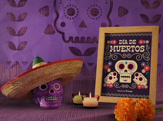 死んだ伝統的なメキシコのソンブレロと花の頭蓋骨のモックアップの日