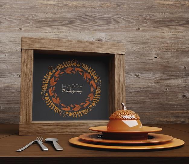 幸せな感謝祭のテキストとテーブルのセットアップ