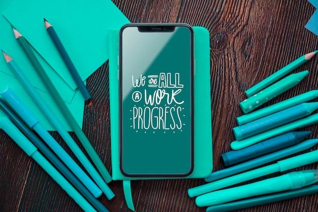 Инструменты для художественных работ и мобильный макет