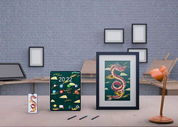 テーブルの上のフレームに芸術的な絵を描く