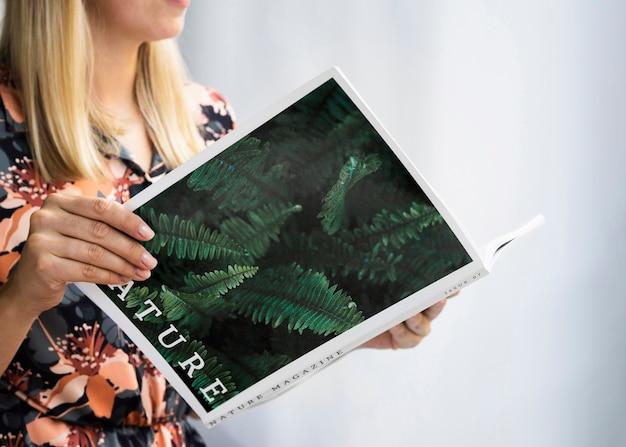 自然のモックアップ雑誌を保持している手