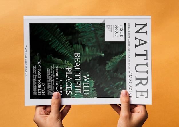 オレンジ色の背景にモックアップ自然雑誌