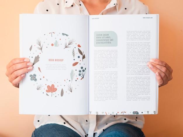 雑誌を開いて、ページに描画と情報を掲載