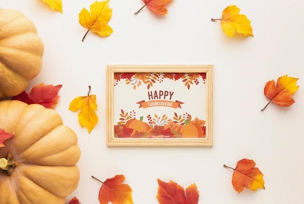 感謝祭のメッセージとカラフルな葉を持つフレーム