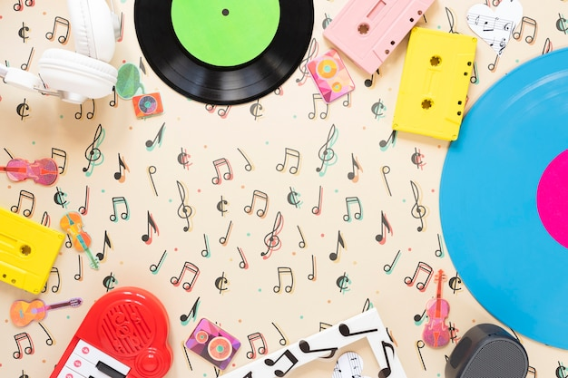 無地の背景にカラフルな音楽のコンセプト