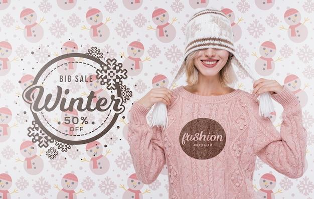 Счастливая молодая женщина с зимним свитером