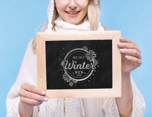Крупным планом смайлик девушка держит знак макет