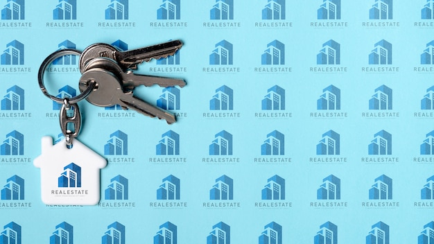 Ключ от квартиры на синем фоне недвижимости