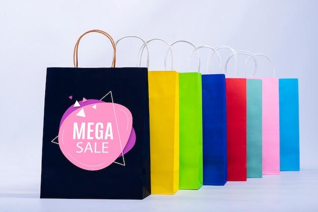 Мега распродажа баннер с красочными бумажными пакетами