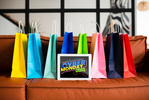 Кибер понедельник баннер с красочными бумажными пакетами