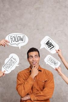 男を囲むソーシャルメディアのスピーチの泡