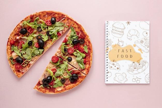 無地の背景のモックアップにおいしいピザのフラットレイアウト