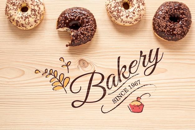 Вкусные пончики на деревянный стол макет