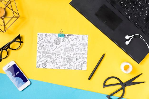 オフィスでメモを取るための電子機器と紙