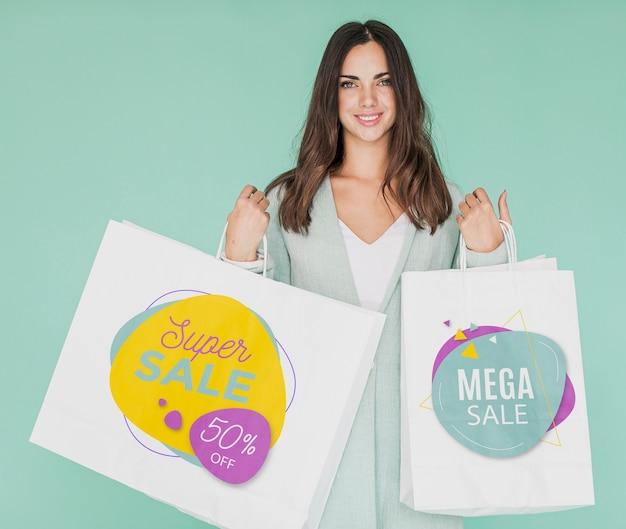 Взволнованная женщина, чтобы делать покупки на скидочной кампании