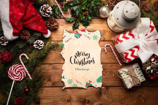 手紙のモックアップとクリスマスの装飾