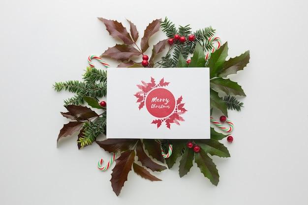 Зеленые листья и макет праздничных елочных украшений