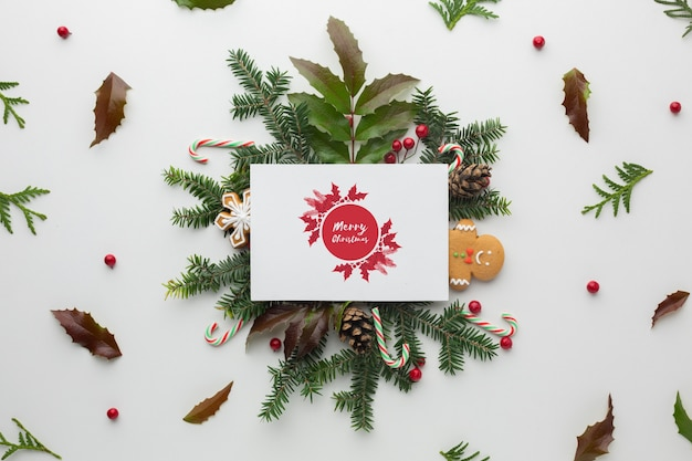 Лиственные листья и веселая рождественская открытка