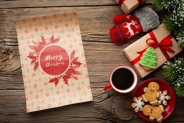 Плоская лежал чашка кофе с пряниками и рождественские подарки