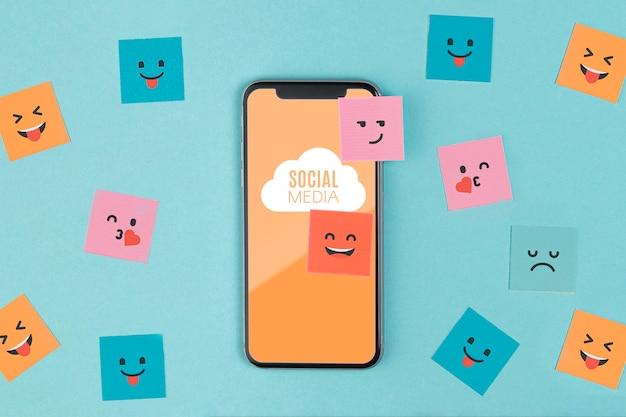 スマートフォンと付箋のソーシャルメディアの概念
