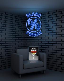 Черная пятница фон с макетом планшета и неоновыми огнями