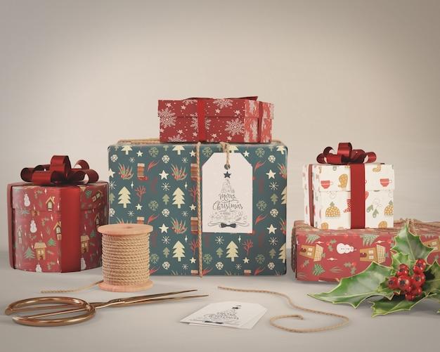 Упаковка подарков обрабатывается на макете дома