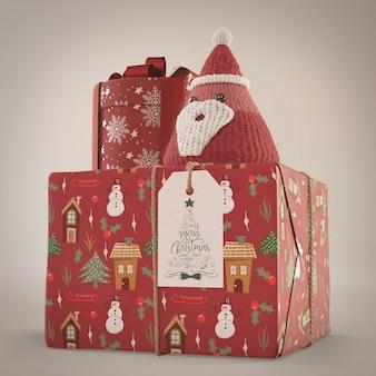 Подарки, завернутые в красную декоративную бумагу
